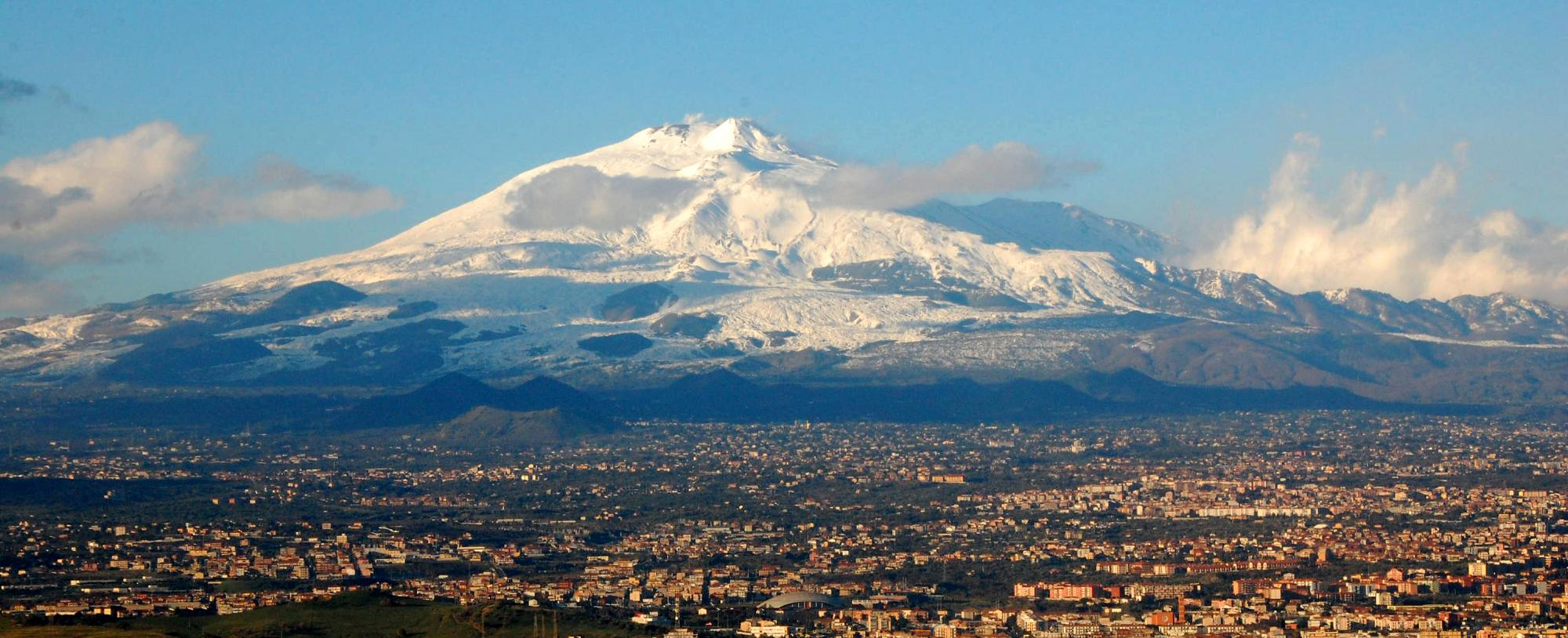 BenAveling - Opera propria, CC BY-SA 4.0, https://en.wikipedia.org/wiki/Mount_Etna#/media/File:Mt_Etna_and_Catania1.jpg
